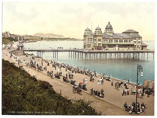 Y Pier a'r Pafiliwn Bae Colwyn tua 18900 Library of Congress
